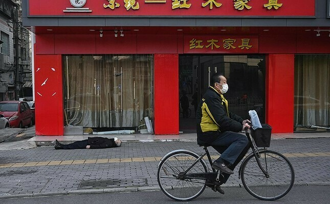 dead-man-lies-in-empty-street-in-chinas-wuhan-amid-emergency-over-coronavirus-1580478597116.jpg
