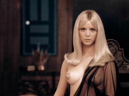 Urocza blondyneczka