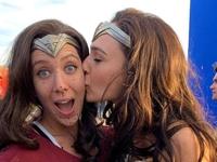 """Gal Gadot ze swoją dublerką na planie """"Wonder Woman"""""""