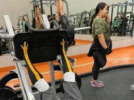 Kurze nóżki na siłowni