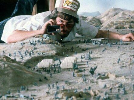 Steven Spielberg sprawdzający plan zdjęciowy Indiany Jonesa - Poszukiwacze zaginionej Arki, 1981