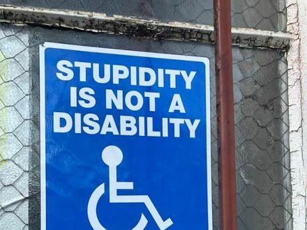 Głupota nie jest niepełnosprawnością, zaparkuj gdzieś indziej