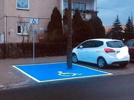 W Opolu miejsca parkingowe dla niepełnosprawnych wymaga od kierowcy umiejętności cyrkowych