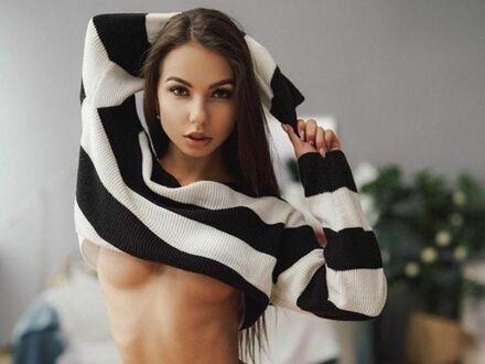 W pasiastym sweterku