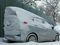 Wiatr ukształtował śnieg na tym samochodzie w najbardziej aerodynamiczny kształt