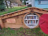Miniaturowa biblioteka w kształcie chaty Hobbita