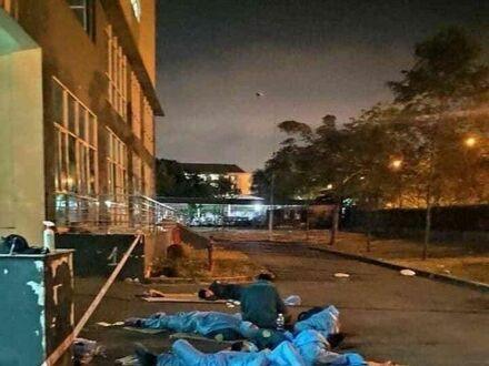 Wietnamscy pracownicy służby zdrowia śpią na zewnątrz podczas swoich rzadkich przerw
