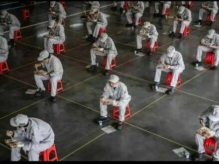 Pracownicy jedzący podczas przerwy na lunch w fabryce samochodów Honda w Wuhan, Chiny