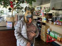 Pani przyszła do naszego sklepu i powiedziała, że to jedyna maska ochronna, jaką mogła znaleźć