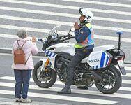 Policjant desperacko prosi starszą panią, aby poszła do domu podczas kwarantanny z powodu koronawirusa, Portugalia