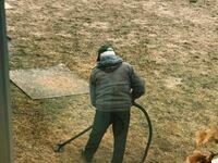 Mojemu tacie tak się nudzi, że zaczął odkurzać trawnik
