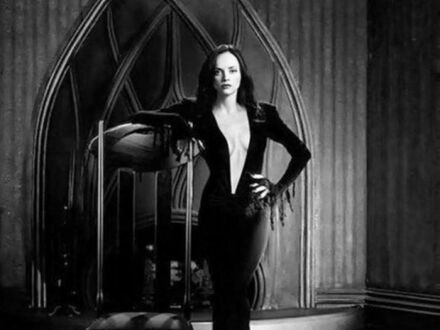 Christina Ricci (Wednesday Addams) ubrana jako Morticia Addams