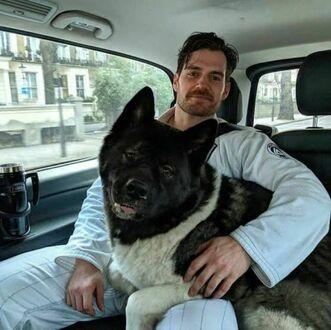Henry Cavill ze swoim psiakiem