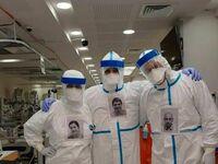 Doktorzy przyczepili swoje zdjęcia do kombinezonów, aby pacjenci widzieli kto ich leczy
