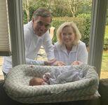 Dziadkowie przyszli pierwszy raz obejrzeć dwojego wnuka