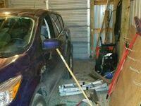 Rozbiłem starą szybę, opuściłem szybę w samochodzie i rozrzuciłem narzędzia. Żona nie była zachwycona żartem