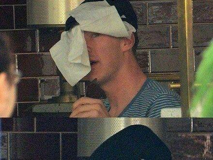 Benedict Cumberbatch próbujący schować się przed paparazzi