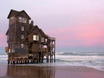 Architekt powiedział, żeby się nie martwić, bo ocean na pewno nie dotrze tak daleko na plażę