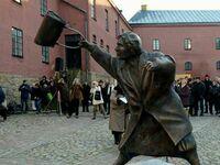 Statua Danuty, Żydówki, która w 1985 roku wściekła się na marsz faszystowski i uderzyła szwedzkiego neonazistę torebką po głowie