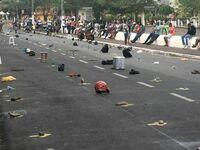 Tymczasem w Brazylii ludzie kładą swoje rzeczy na ziemi, aby zarezerwować sobie miejsce w kolejce po czym siadają razem na murku
