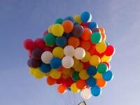 Zespół naukowców i inżynierów wysłał w powietrze dom przy użyciu 300 balonów meteorologicznych