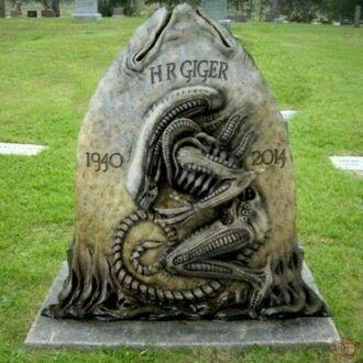 Grób Hansa Rudolfa Gigera - twórcy postaci Ksenomorfa
