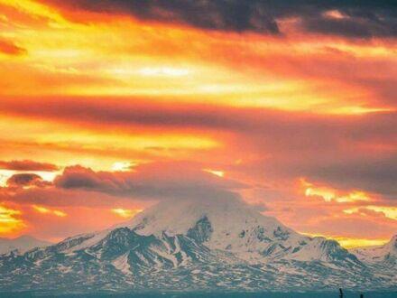 Wschód słońca nad górą Drum na Alasce