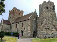 1000-letni kościół przy 2000-letniej rzymskiej latarni morskiej, Kent Downs, Anglia