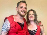 Obiecał siostrze, że ubierze identyczną sukienkę jak ona, jeśli skończy studia