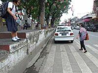 Trzeba się nagimnastykować aby przejść przez ulicę