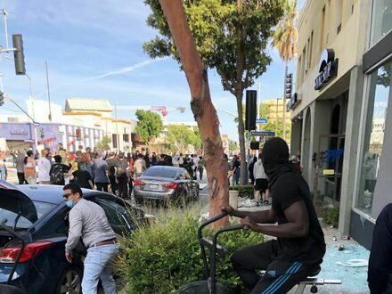 Jeden z uciśnionych protestantów usiłuje uciec na skradzionym rowerze