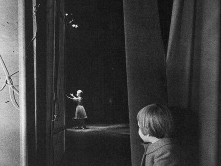Carrie Fisher ogladająca swoją matkę zza kulis, Las Vegas Riviera, 1963