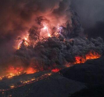 Erupcja wulkanu Sinabung na Sumatrze