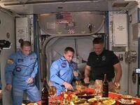 Powitanie Amerykanów, którzy właśnie dolecieli na ISS rakietą Muska