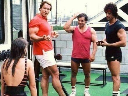 Arnold Schwarzenegger, Sylvester Stallone, Franco Colombo i dziennikarka, lata 80