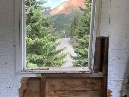 Widok za oknem wyglądakący jak obraz