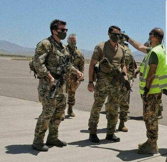 Żołnierze amerykańskich sił specjalnych w Afganistanie - maseczki i badanie temperatury