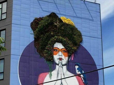 Mural, w którym włosy są prawdziwymi roślinami