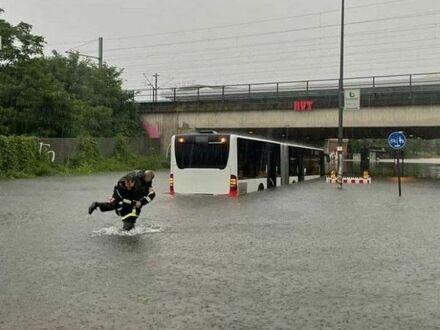 Niemiecki strażak niosący kierowcę autobusu