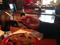 Chińczyk uczy się jeść widelcem