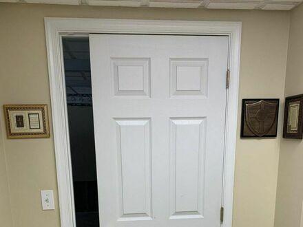 Mąż mówi, że nie musi mierzyć, bo wszystkie drzwi mają standardowy rozmiar