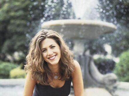 Jennifer Aniston na zdjęciu promującym serial Przyjaciele w 1994