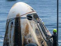 Kapsuła załogowa SpaceX chwilę po powrocie na Ziemię
