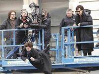 Benedict Cumberbatch patrzący na swojego spadającego dublera