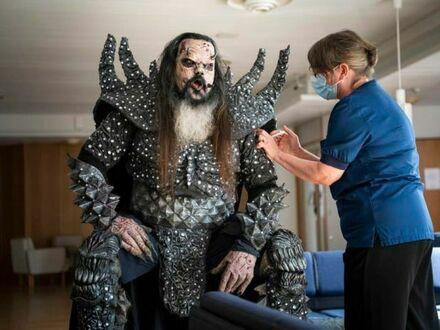 Mr Lordi, wokalista fińskiego zespołu Lordi, przyjmujący drugą dawkę szczepionki w Rovaniemi