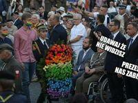 Za zgodą powstańców, z okazji rocznicy wybuchu Powstania Warszawskiego, złożono tęczowy wieniec