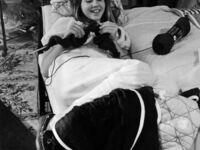 Linda Blair robiąca na drutach na planie Egzorcysty