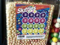 Skittlesy, które były w automacie tak długo, że straciły swój kolor