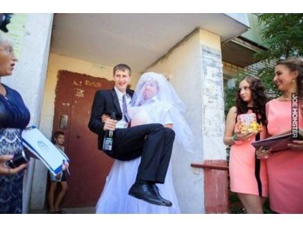 W Rosji to panna młoda przenosi pana młodego przez próg
