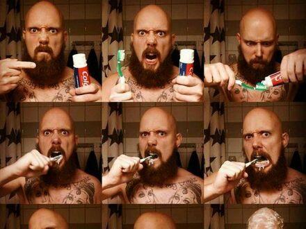 Jak myją zęby prawdziwi samce alfe